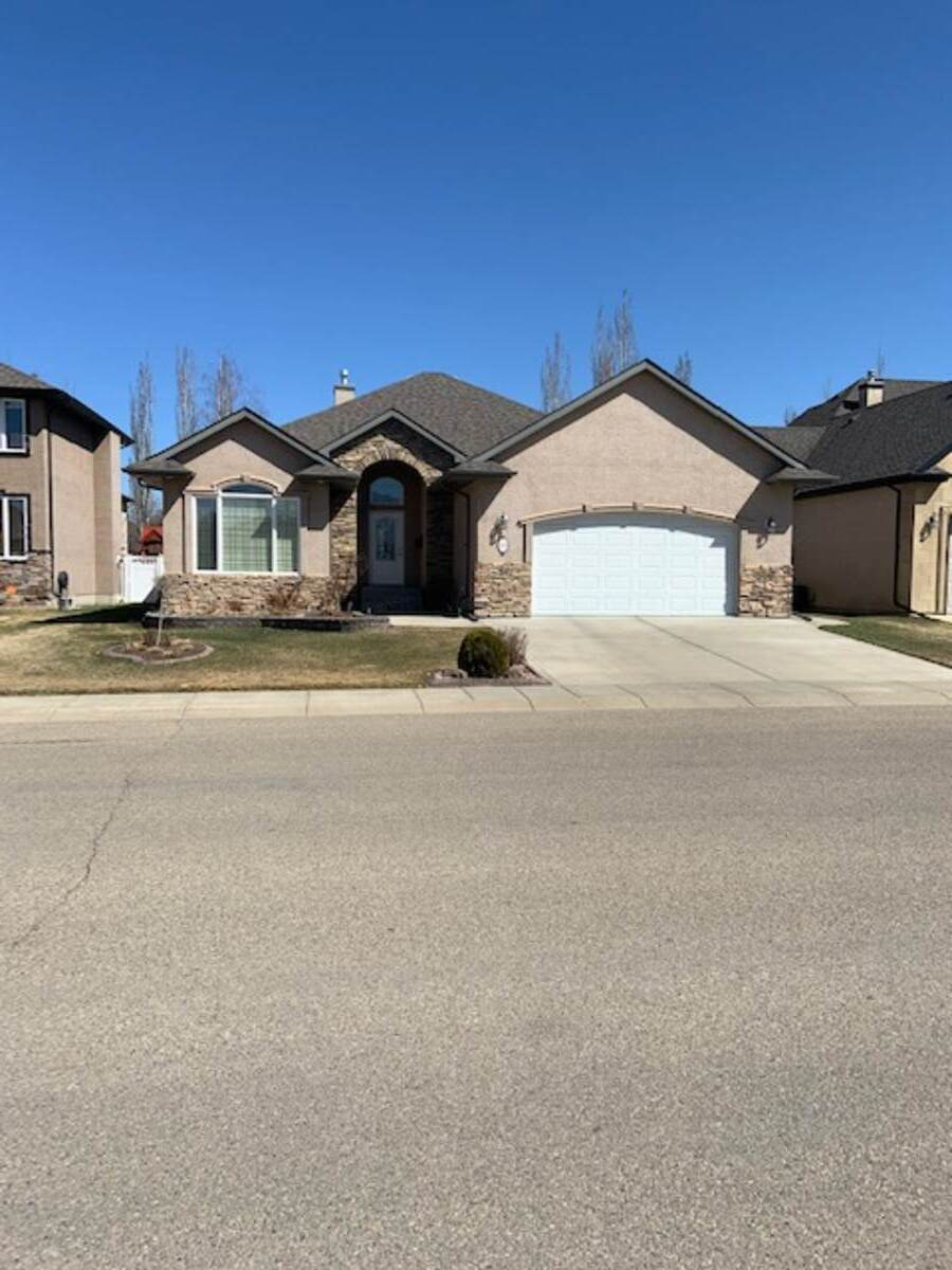 House / Detached House For Sale in Red Deer, AB - 3+3 bed, 3 bath