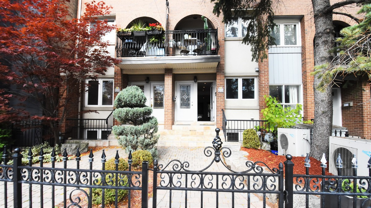 Townhouse / Revenue Property For Sale in Toronto, ON - 3+1 bed, 3 bath