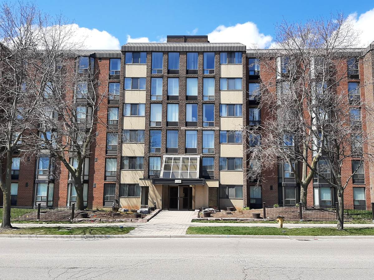 Condo For Sale in Pickering, ON - 2+1 bed, 2 bath