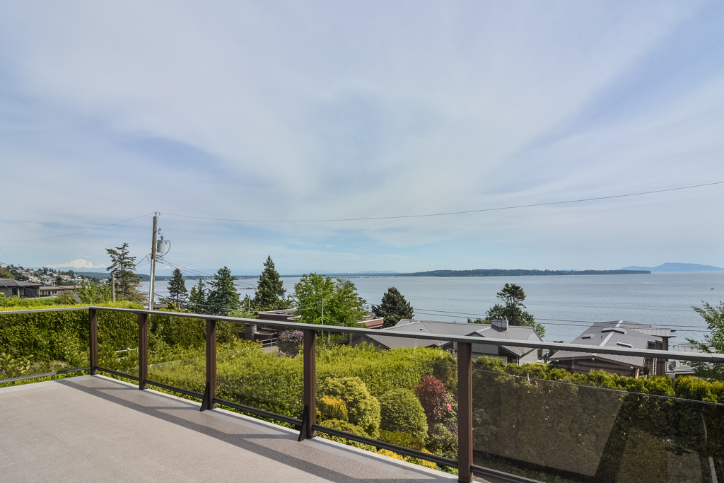 House / Detached House For Sale in White Rock, BC - 4 bed, 3 bath