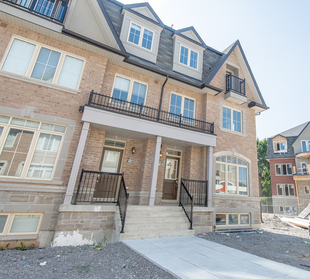 Townhouse For Sale in Scarborough, ON - 3+1 bed, 2.5 bath