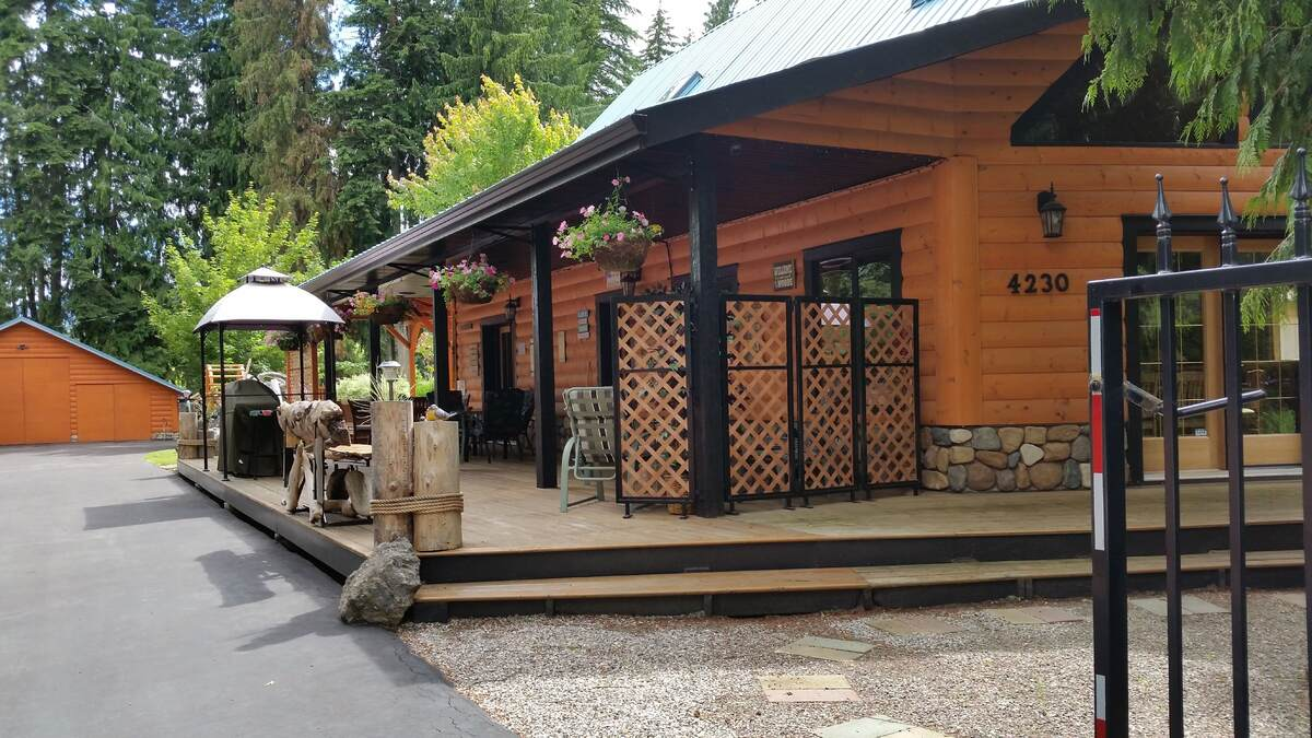 Recreational Property For Sale in Scotch Creek, BC - 4 bed, 2.5 bath