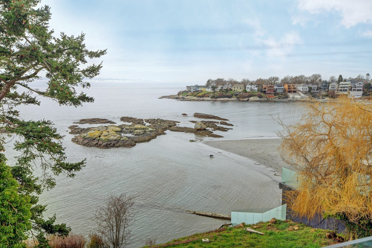 Waterfront Property / House For Sale in Victoria, BC - 4 bed, 3 bath