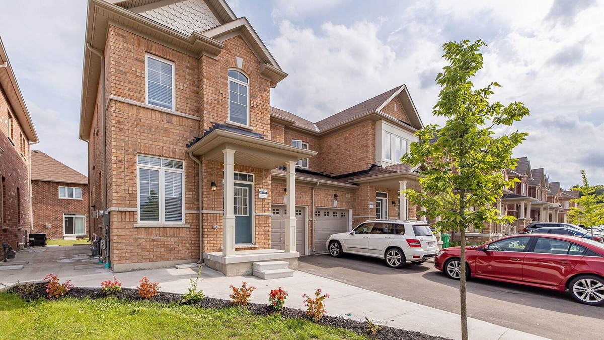 House / Semi-Detached House For Sale in Brampton, ON - 3+1 bed, 3.5 bath