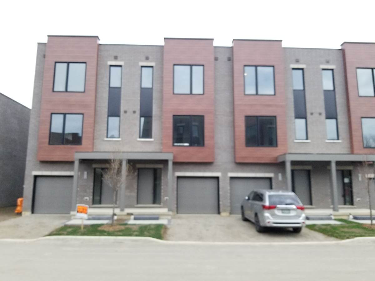 Townhouse For Sale in Cambridge, ON - 3 bed, 2.5 bath