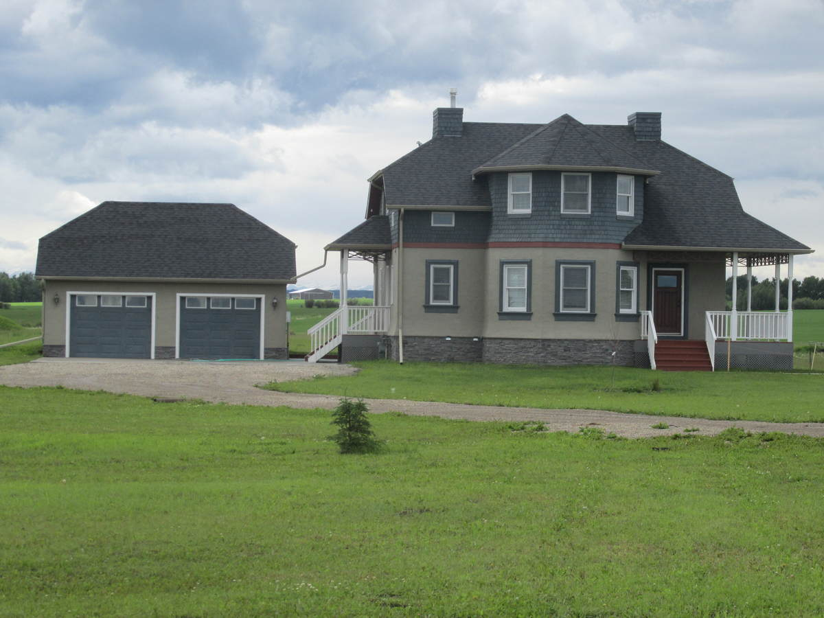 Acreage For Sale in Mountain View County, AB - 3+1 bed, 3.5 bath