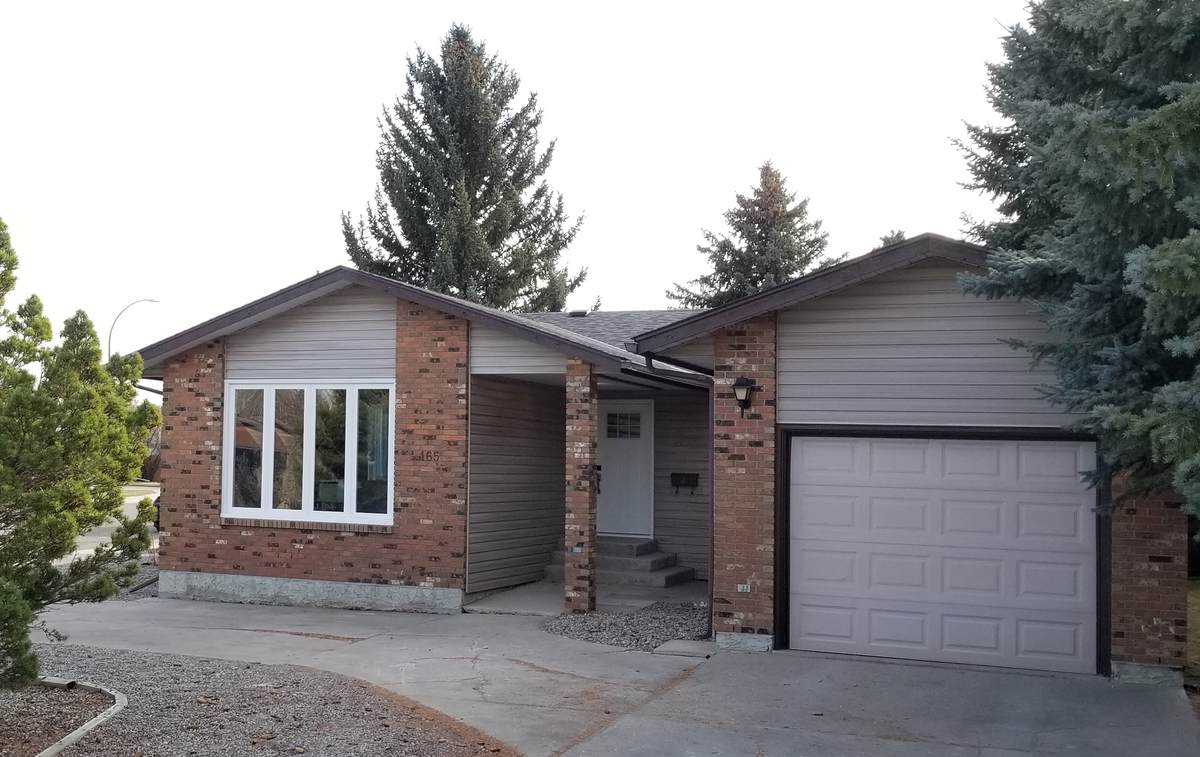 House / Detached House For Sale in Lethbridge, AB - 2 bed, 2 bath