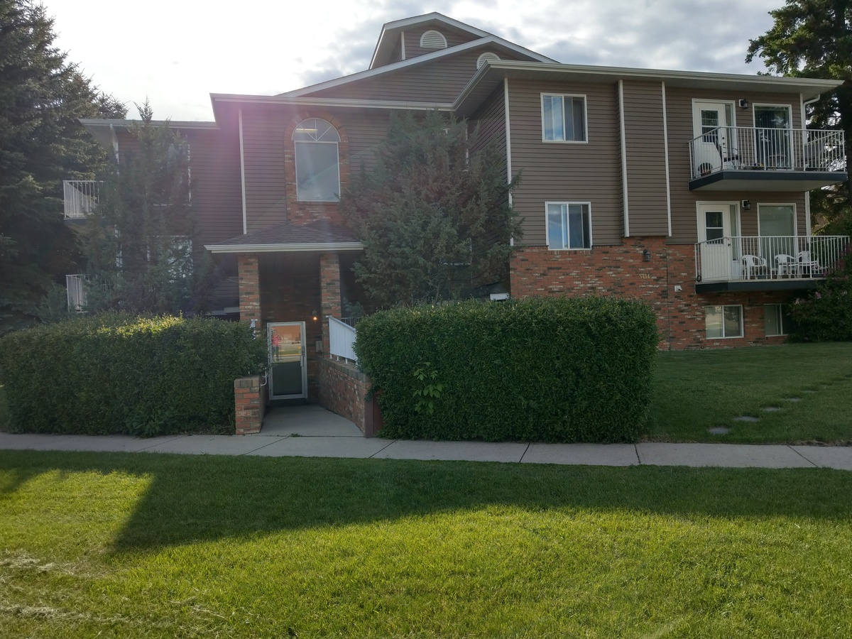 Condo For Sale in Lacombe, AB - 2 bed, 1 bath