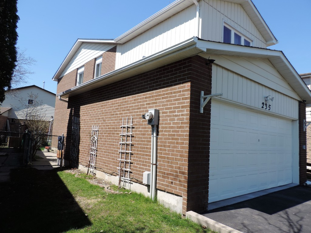 House / Detached House For Sale in Scarborough, ON - 3 bed, 4 bath