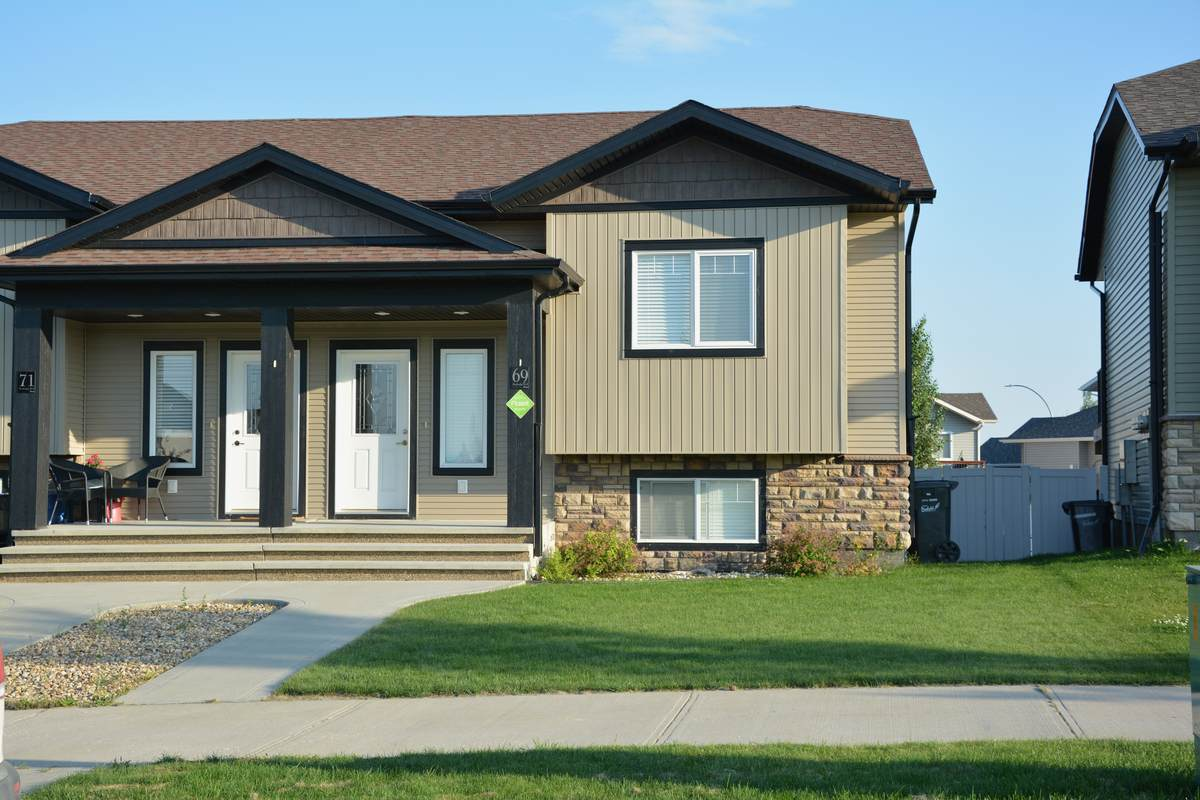 Townhouse / Semi-Detached House For Sale in Penhold, AB - 3 bed, 2 bath