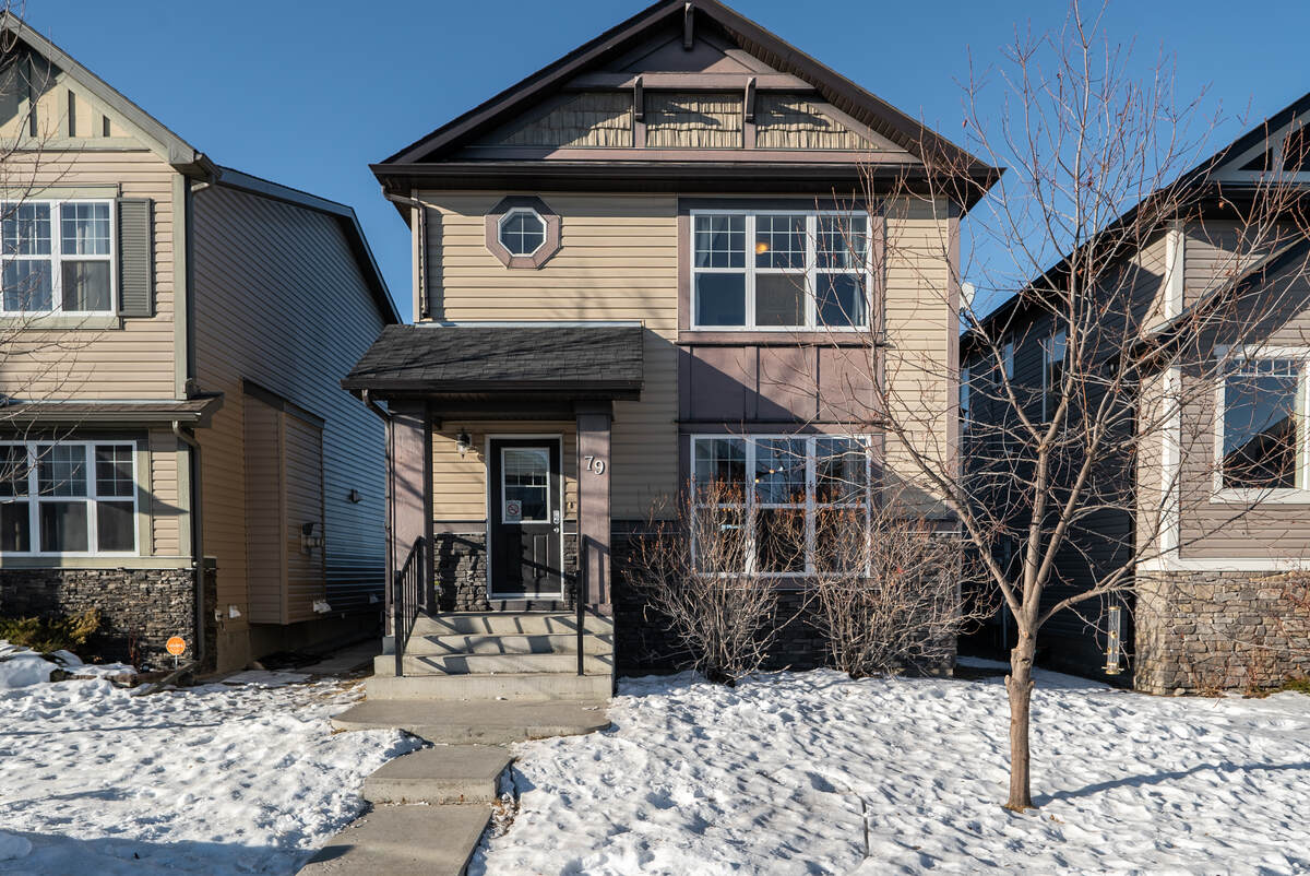 House For Sale in Okotoks, AB - 3 bed, 2.5 bath