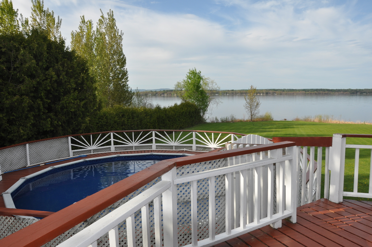 Waterfront Property / Detached House For Sale in Pembroke, ON - 5+1 bed, 3.5 bath