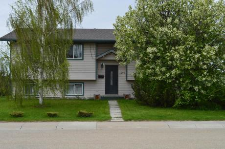 House For Sale in Bowden, AB - 4 bdrm, 2.5 bath (1426 Westview Drive)
