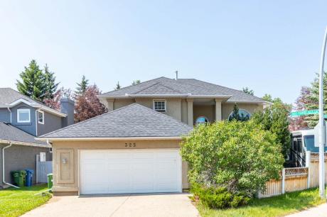 House / Detached House For Sale in Calgary, AB - 5 bdrm, 3.5 bath (325 Country Hills Crt. NW)