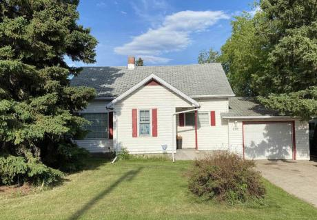 House / Detached House For Sale in Meadow Lake, SK - 3 bdrm, 2.5 bath (210 4th Street West)