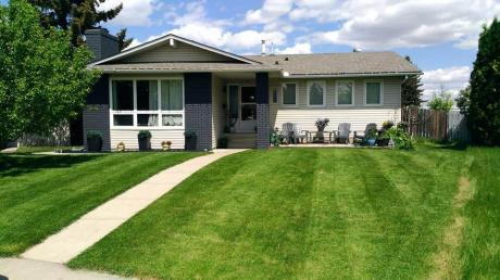House For Sale in Calgary, AB - 4 bdrm, 4 bath (118 Pinetree Bay)