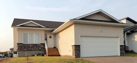 House / Detached House For Sale in Pilot Butte, SK - 5 bdrm, 3 bath (735 Aspen Crescent)