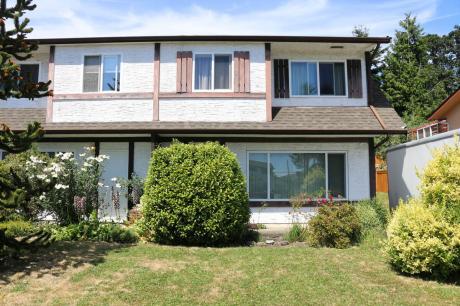 Half Duplex / Duplex For Sale in Saanich, BC - 3 bdrm, 1 bath (1720 Ashdale Place)