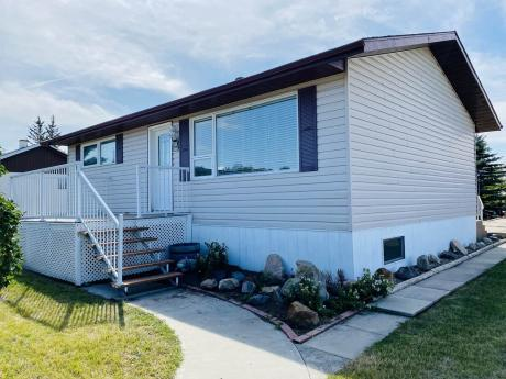 House / Detached House For Sale in Youngstown, AB - 3+1 bdrm, 2 bath (109 4th Ave S.E.)