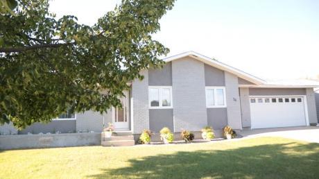 House / Detached House For Sale in Melville, SK - 5 bdrm, 2.5 bath (56 Vanier Dr.)