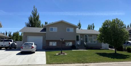 House / Detached House For Sale in Outlook, SK - 5 bdrm, 2 bath (15 Chow Cres)