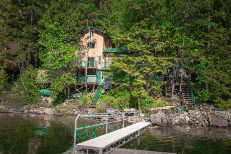 Waterfront Property / Cottage / Recreational Property For Sale in Shuswap Lake, BC - 7+1 bdrm, 2.5 bath (27 Lime Cliffs (Boat Access Near Sicamous Bc))