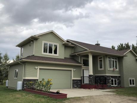 Acreage / Detached House / Farm For Sale in Red Deer County, AB - 3 bdrm, 3 bath (37243 Range Road 272)