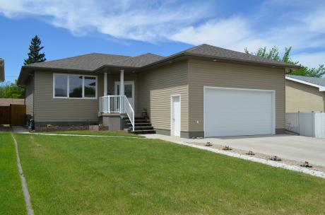House / Detached House For Sale in Moose Jaw, SK - 4+1 bdrm, 3 bath (838 7th Ave NE)