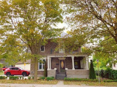 House / Detached House For Sale in Tillsonburg, ON - 3 bdrm, 2 bath (69 Brock Street East)