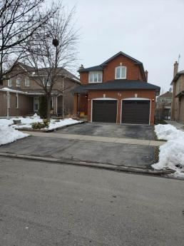 House / Detached House For Sale in Brampton, ON - 3 bdrm, 4 bath (52 Castlehill Rd)
