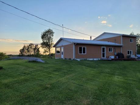 Acreage / Cottage / Farm / House / Land with Building(s) For Sale in Lac Du Bonnet, MB - 4 bdrm, 3 bath (96065 Hwy 11 Great Falls)