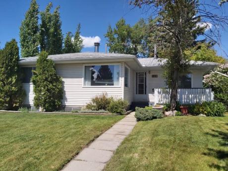 House For Sale in Calgary, AB - 4 bdrm, 3 bath (3320 Boulton Rd)