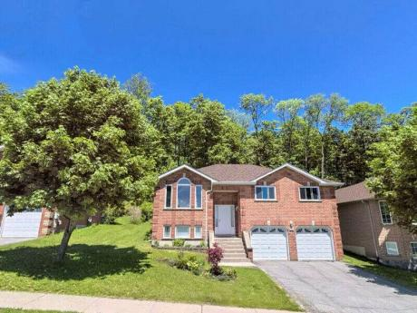 House / Detached House For Sale in Orillia, ON - 3+1 bdrm, 2 bath (3158 Monarch Dr.)