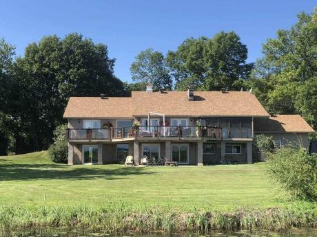 House / Detached House / Waterfront Property For Sale in Summerstown, ON - 2+3 bdrm, 3 bath (6610 Treehaven Road)