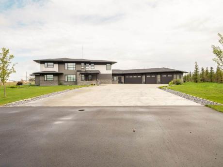 Acreage / Detached House / Home-Based Business Potential / House For Sale in Lethbridge, AB - 5 bdrm, 4 bath (90031 Range Road 211)