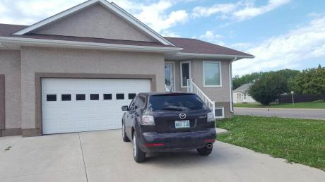 Half Duplex / Duplex / House For Sale in Yorkton, SK - 4+1 bdrm, 2 bath (164 Seventh Avenue North)