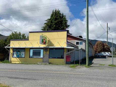 House / Detached House / Home-Based Business Potential For Sale in Ladysmith, BC - 5 bdrm, 2 bath (440 4th Avenue)