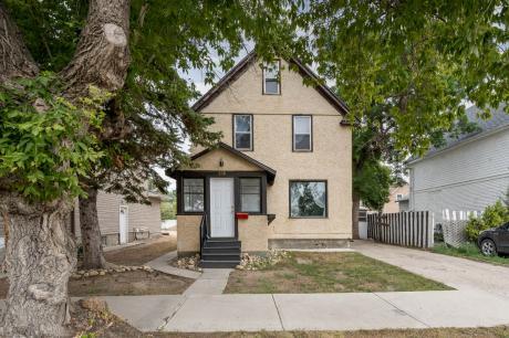 House / Detached House / Revenue Property For Sale in Moose Jaw, SK - 4+1 bdrm, 2 bath (520 Saskatchewan Street)