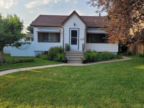 House / Detached House For Sale in Calgary, AB - 2+1 bdrm, 1.5 bath (206 - 27 Avenue NE)