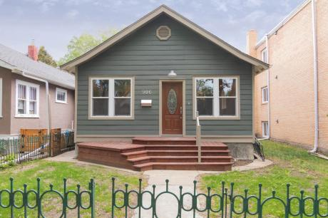 House For Sale in Saskatoon, SK - 3 bdrm, 3 bath (906 6th Avenue North)