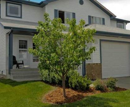 Half Duplex For Sale in Edmonton, AB - 4 bdrm, 1.5 bath (450 Hyndman Crescent)