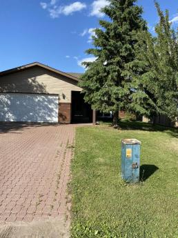 House / Detached House For Sale in Fort McMurray, AB - 7 bdrm, 3 bath (304 Beaton Place)