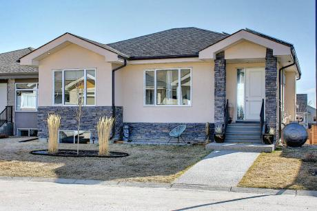 House / Detached House For Sale in Turner Valley, AB - 4 bdrm, 3 bath (644 Country Meadows Close)