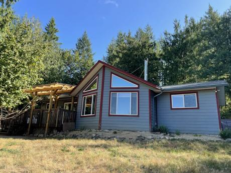 Acreage / Detached House / Farm / Home-Based Business Potential / House For Sale in Black Creek, BC - 3 bdrm, 2 bath (4416 Macaulay Rd)