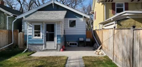 House / Detached House For Sale in Regina, SK - 2 bdrm, 1 bath (3405 Victoria Avenue)