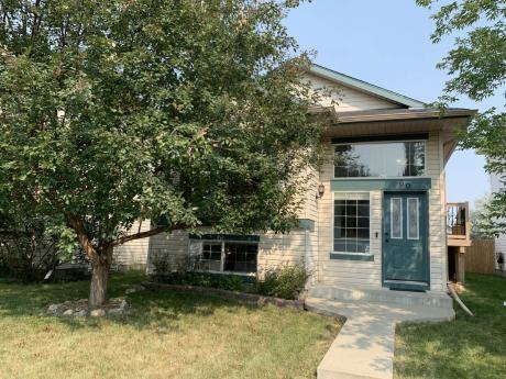 House / Detached House For Sale in Calgary, AB - 2+1 bdrm, 2 bath (60, Bridleridge Gardens SW)