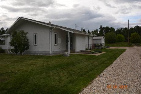 Land with Building(s) / Detached House / Golf Course View / House For Sale in Breton, AB - 3 bdrm, 2.5 bath (5004 53 Ave)