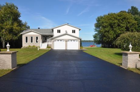 Waterfront Property / Detached House For Sale in Laurentian Valley, ON - 5+1 bdrm, 3.5 bath (1025 Mountainview Drive)